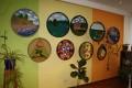 Ainas Liepas personālizstādē ``Zaļi krāsainā pasaule`` Priekules pilsētas bibliotēkā